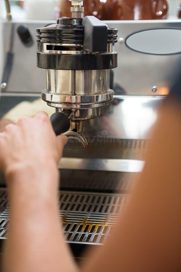 Café de With Portafilter Making de barman images libres de droits