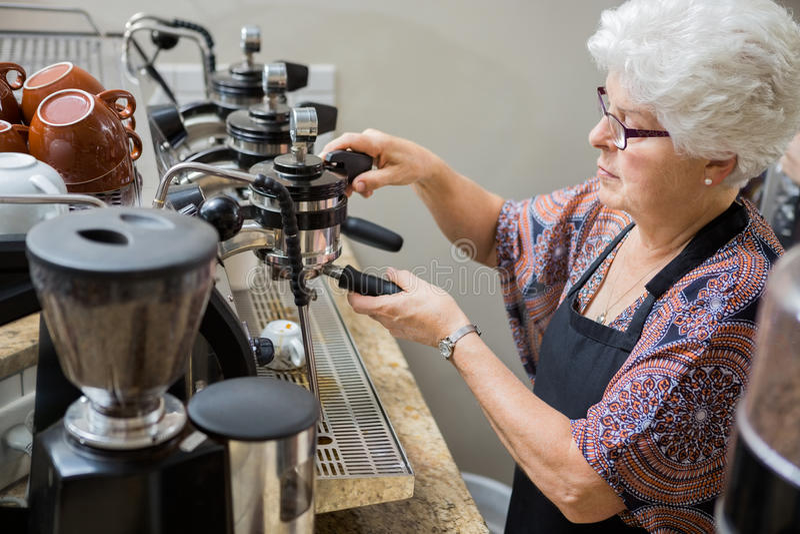 Café de Preparing Coffee In de barman photographie stock