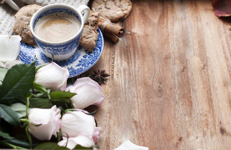 Café de Romatic en una taza en un fondo de madera con una tela escocesa, un ramo de rosas blancas y intimidad del otoño Buenos dí fotos de archivo