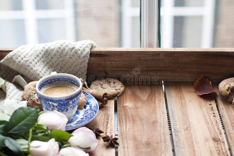 Café de Romatic en una taza en un fondo de madera con una tela escocesa, un ramo de rosas blancas y intimidad del otoño Buenos dí foto de archivo