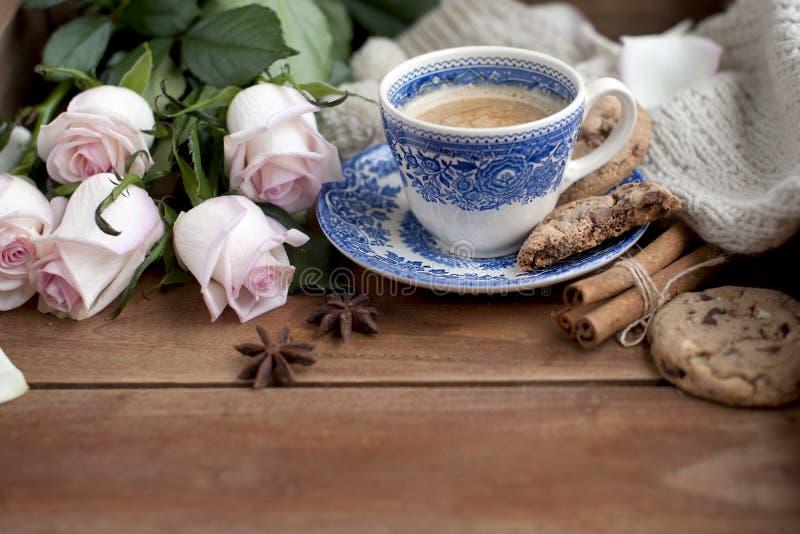 Café de Romatic en una taza en un fondo de madera con una tela escocesa, un ramo de rosas blancas y intimidad del otoño Buenos dí imágenes de archivo libres de regalías
