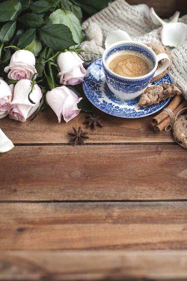 Café de Romatic en una taza en un fondo de madera con una tela escocesa, un ramo de rosas blancas y intimidad del otoño Buenos dí fotografía de archivo