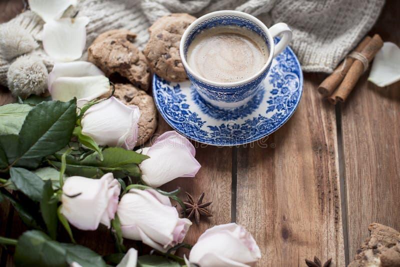 Café de Romatic en una taza en un fondo de madera con una tela escocesa, un ramo de rosas blancas y intimidad del otoño Buenos dí fotografía de archivo libre de regalías