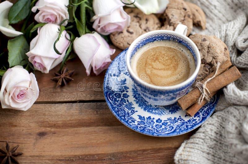 Café de Romatic en una taza en un fondo de madera con una tela escocesa, un ramo de rosas blancas y intimidad del otoño Buenos dí imagen de archivo libre de regalías