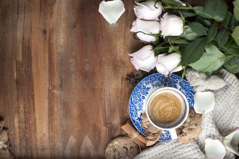 Café de Romatic en una taza en un fondo de madera con una tela escocesa, un ramo de rosas blancas y intimidad del otoño Buenos dí foto de archivo libre de regalías