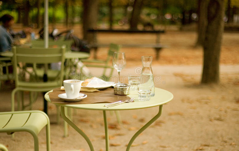 Café de rue dans le jardin du luxembourgeois photos libres de droits