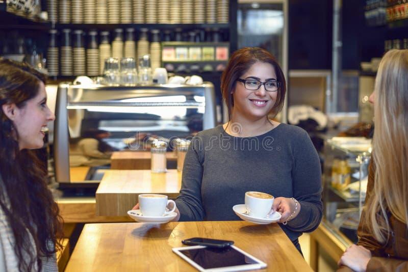 Café de sorriso do serviço da empregada de mesa fotografia de stock royalty free