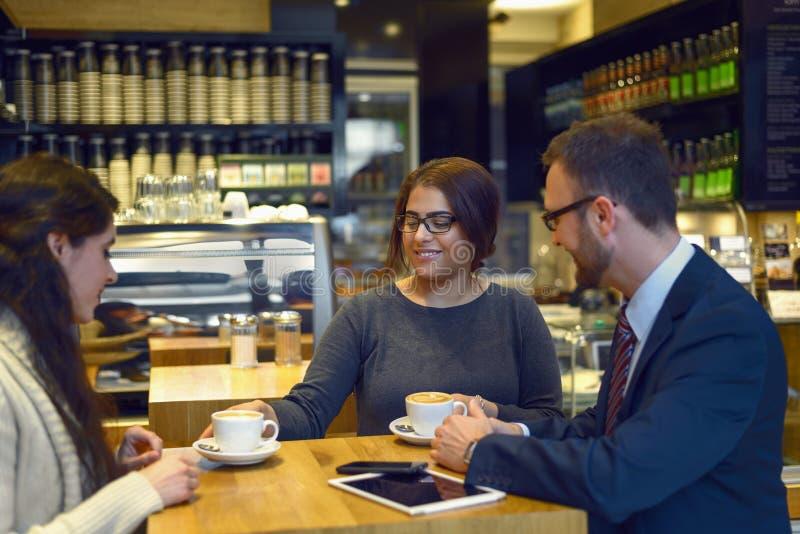 Café de sorriso do serviço da empregada de mesa foto de stock