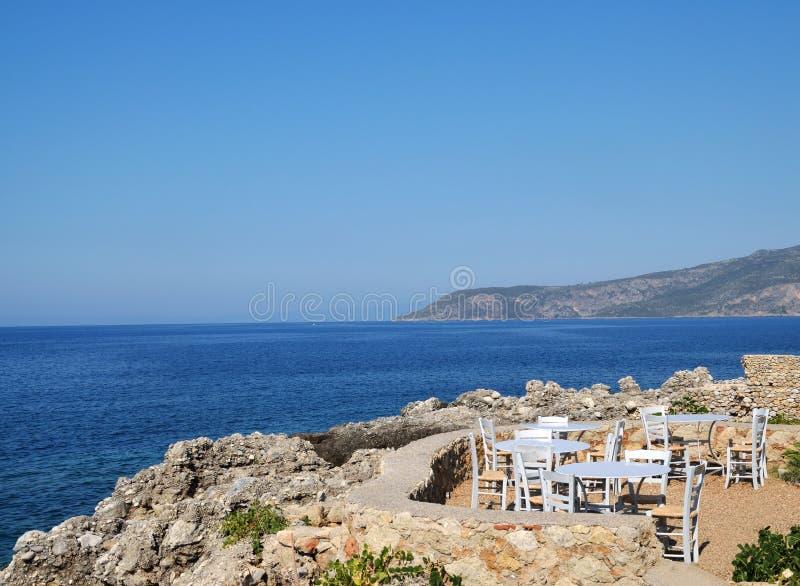 Café de terrasse avec la vue de mer photo libre de droits