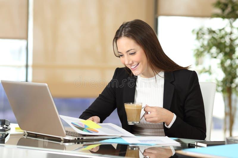 Café de trabalho e bebendo do executivo foto de stock
