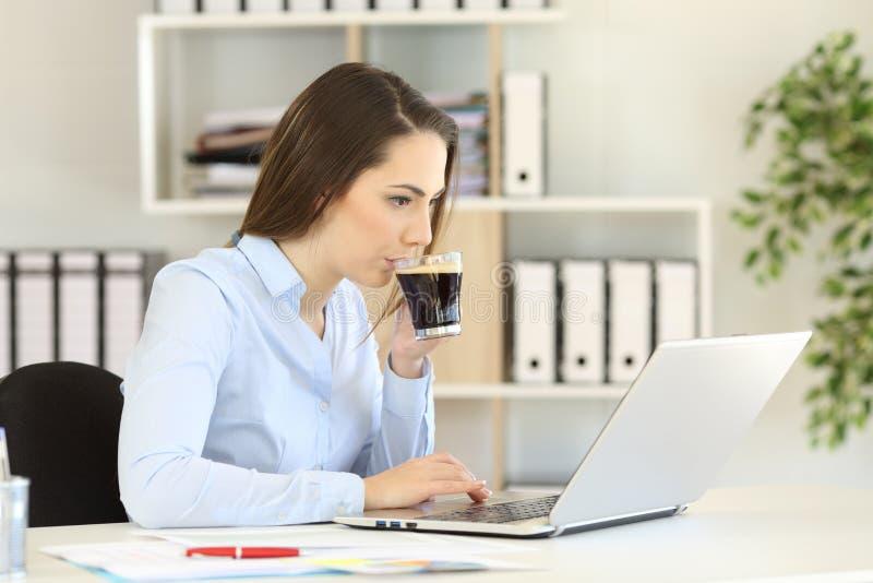 Café de trabalho e bebendo do trabalhador de escritório fotografia de stock