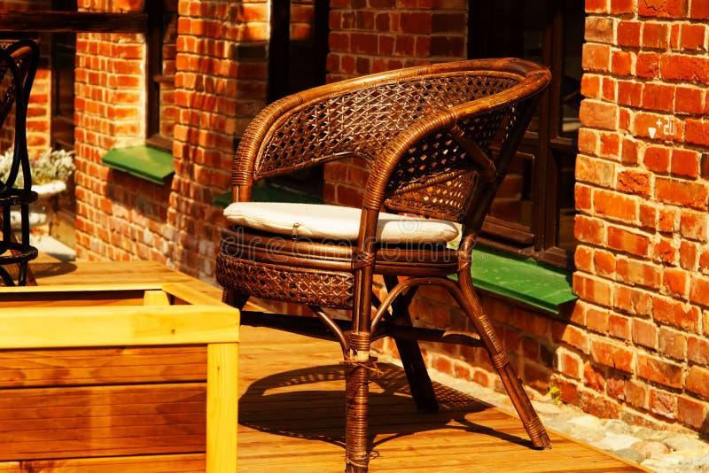 Café de trottoir de chaise en osier photos stock