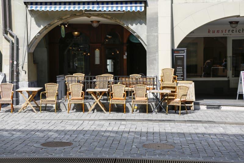 Café de trottoir sous des arcades images libres de droits