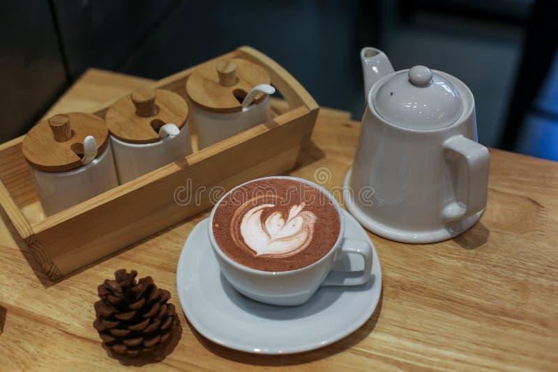 Café de vue supérieure dans la tasse blanche placée sur un bureau en bois au bureau photo stock