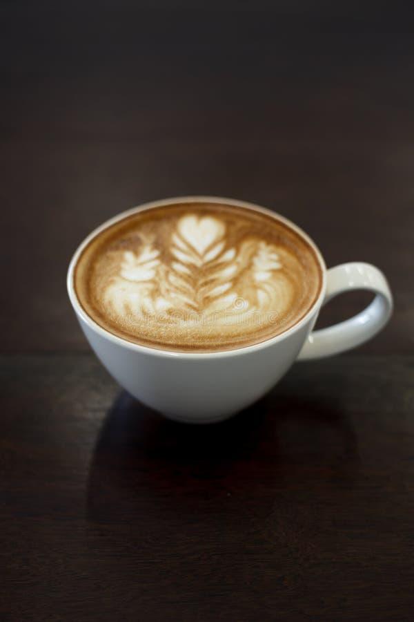 Café del arte del latte del primer en la tabla de madera (foco selectivo) imagen de archivo