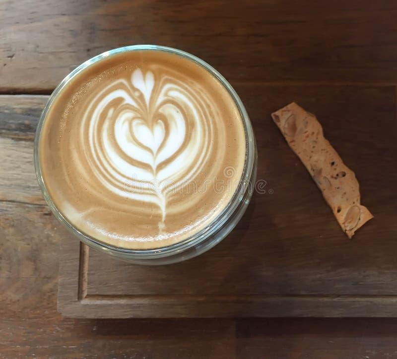 Café del arte del Latte y bocado de la galleta fotos de archivo libres de regalías