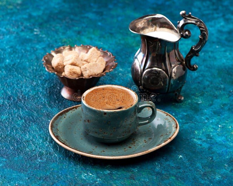 Café del café express de la taza con leche y azúcar imágenes de archivo libres de regalías