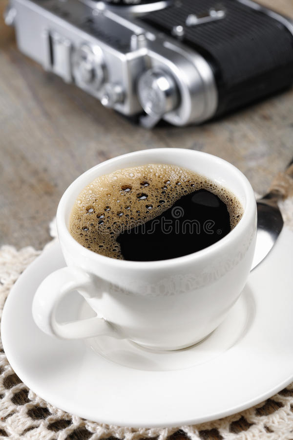 Café del café express y cámara retra vieja en fondo imagenes de archivo