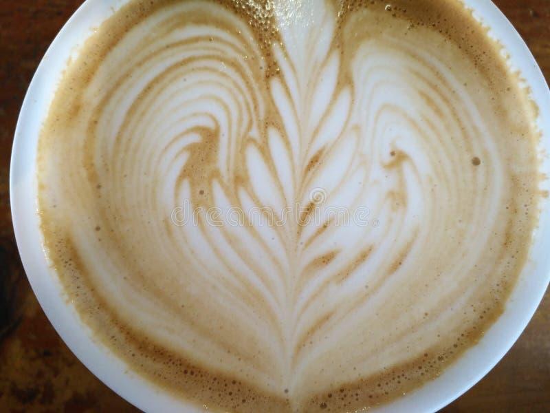 Café del capuchino con diseño del corazón fotografía de archivo