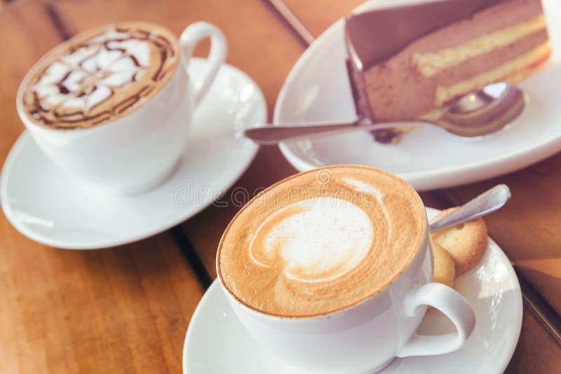 Café del capuchino y torta del mousse de chocolate Imagen entonada fotos de archivo