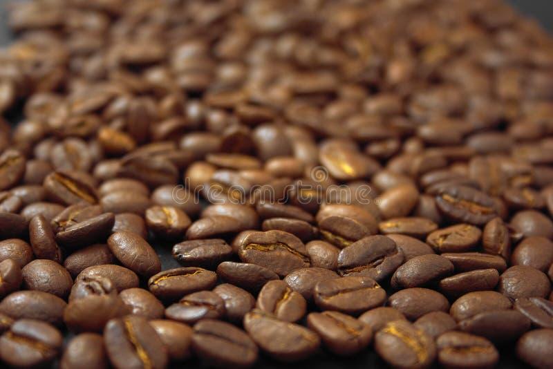 Café del cereal en bulto en un fondo negro imágenes de archivo libres de regalías