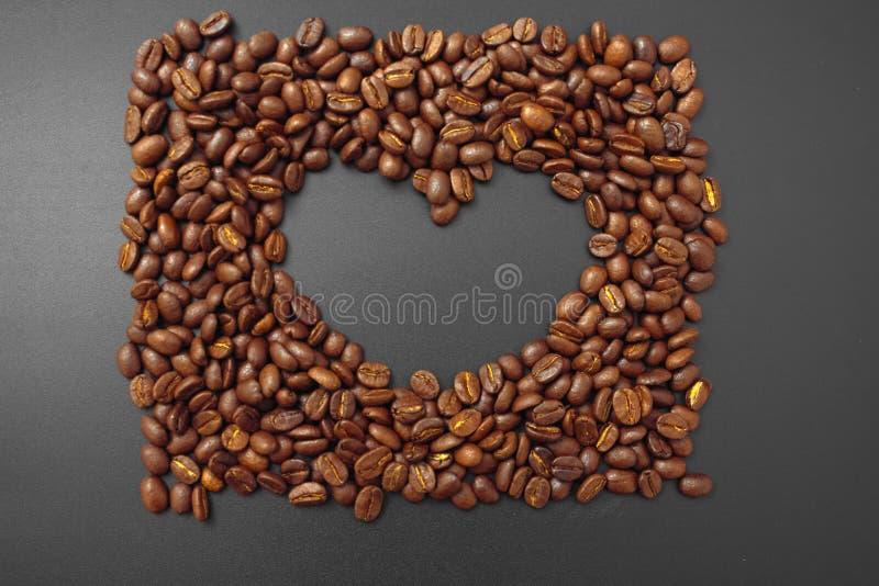 Café del cereal en bulto en un fondo negro fotografía de archivo libre de regalías