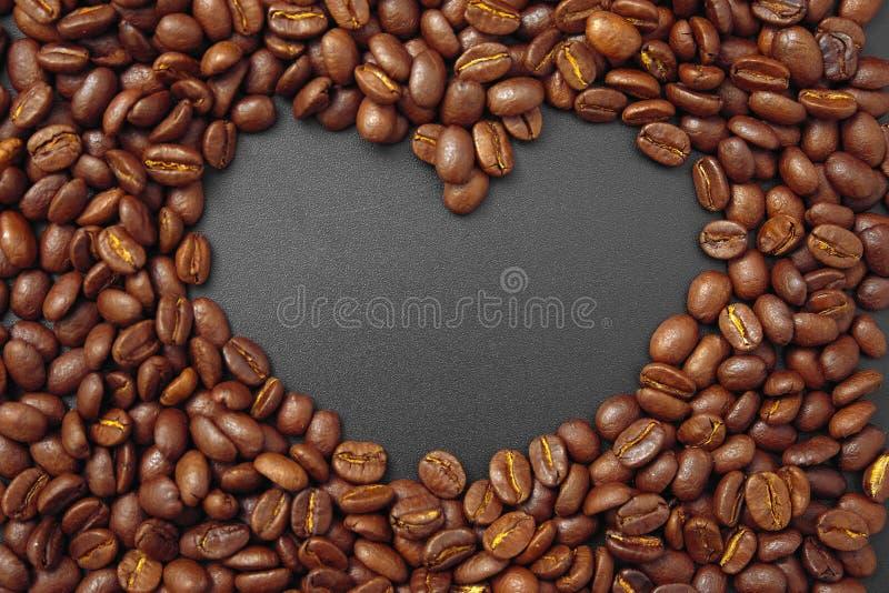 Café del cereal en bulto en un fondo negro imagenes de archivo