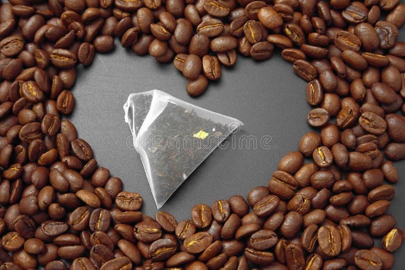 Café del cereal en bulto en un fondo negro fotografía de archivo