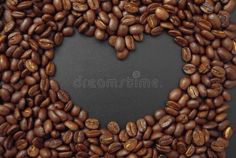Café del cereal en bulto en un fondo negro fotos de archivo
