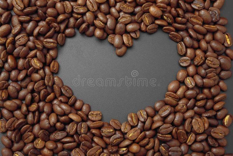 Café del cereal en bulto en un fondo negro imagen de archivo