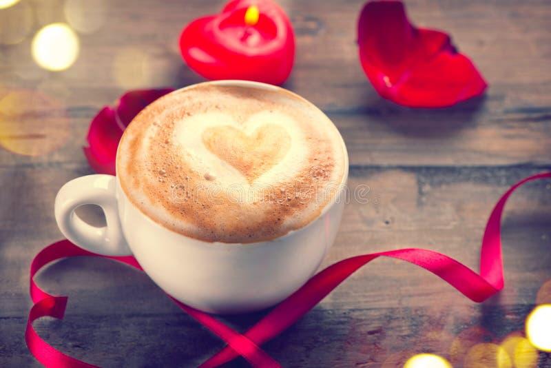 Café del día del ` s de la tarjeta del día de San Valentín con el corazón en espuma foto de archivo