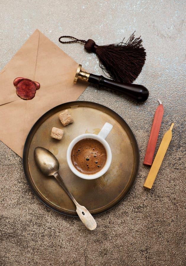 Café del café express de la taza, sobre con el sello de la cera y sello de la cera imágenes de archivo libres de regalías