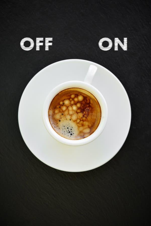 Café del café express en pequeña taza blanca fotografía de archivo