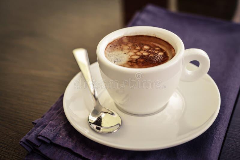 Café del café express en pequeña taza blanca foto de archivo libre de regalías