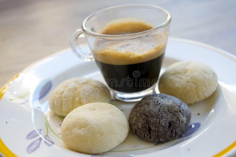 Café del café express y pasteles hechos en casa foto de archivo
