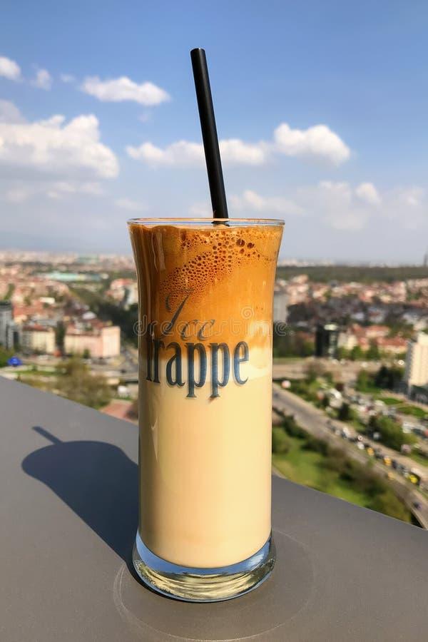 Café del frappe del hielo y vista de la ciudad de Sofía para el fondo fotografía de archivo