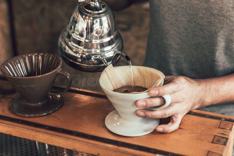 Café del goteo proceso de fabricación caliente de la mano del brebaje del café del arabica del profesional foto de archivo