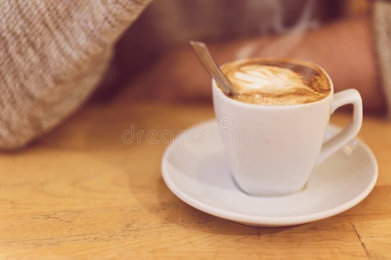 Café del hombre irreconocible y desayuno de consumición el tener foto de archivo libre de regalías