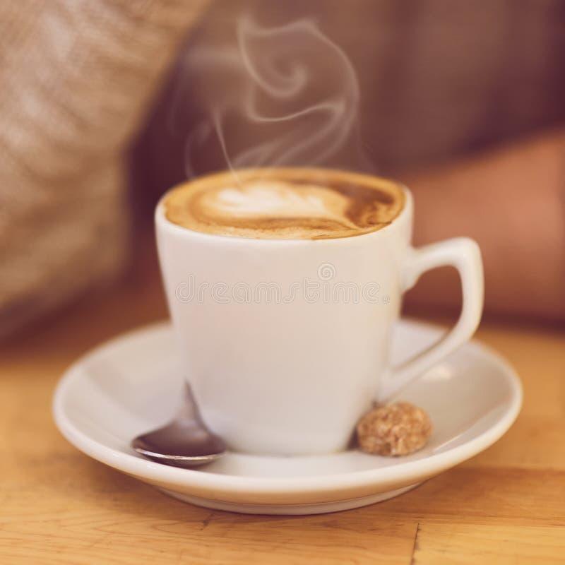 Café del hombre irreconocible y desayuno de consumición el tener imagen de archivo libre de regalías