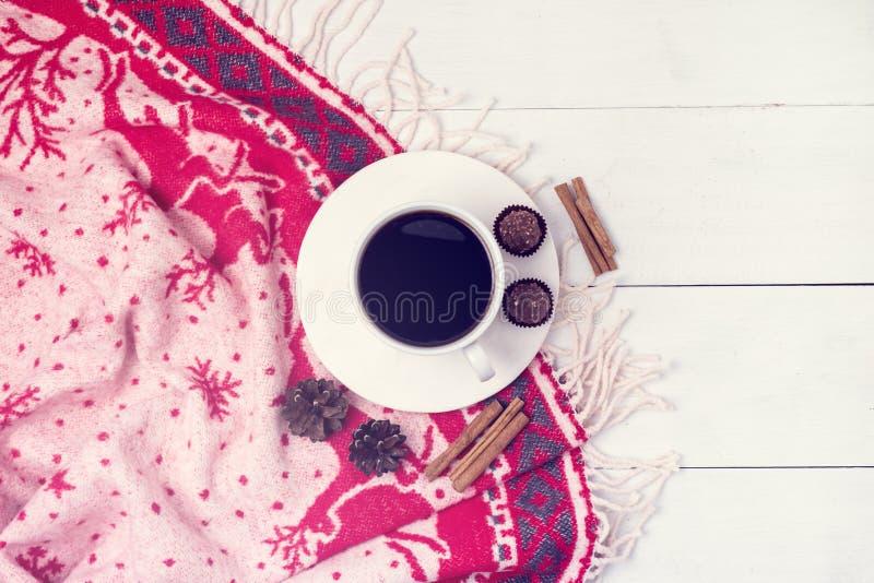 Café del invierno en una taza blanca con endecha plana de la Navidad de la Navidad del caramelo de chocolate del concepto del esp fotografía de archivo libre de regalías