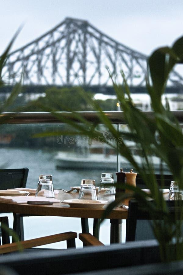Café delante del puente de la historia de Brisbane, Australia fotografía de archivo libre de regalías