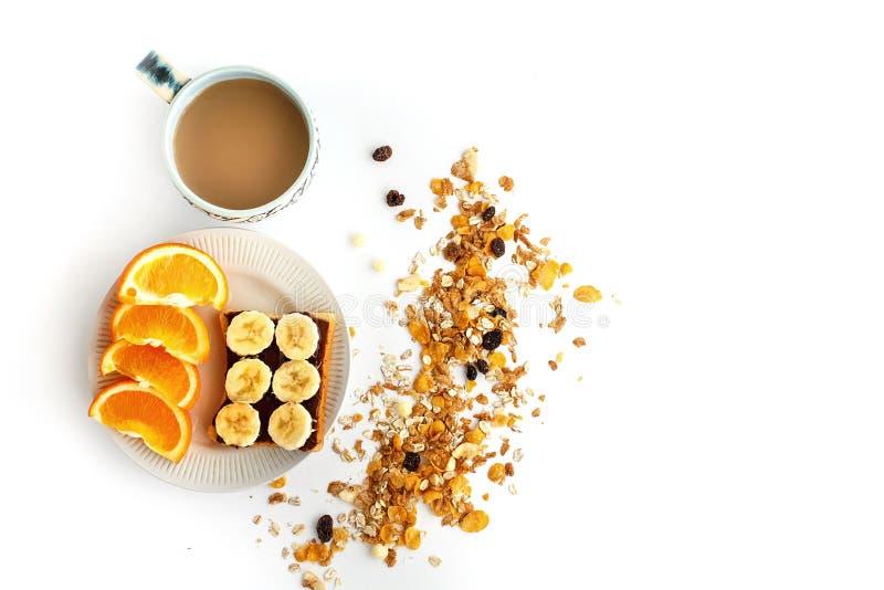 Café delicioso con las naranjas y el plátano en el pan con el chocolate fotos de archivo