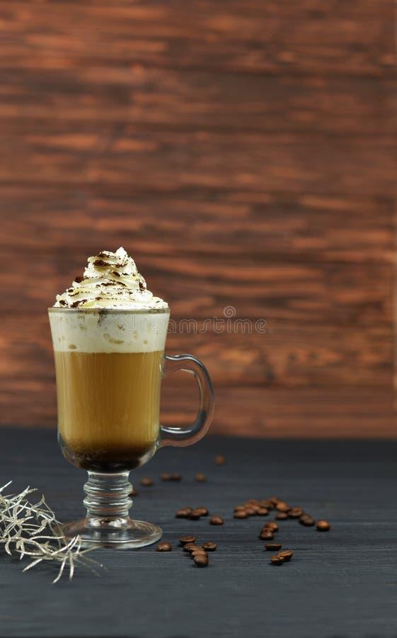 Café delicioso do latte do feriado bonito com creme fotografia de stock royalty free