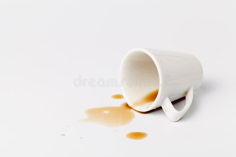 Café derramado contaminado en la tabla foto de archivo