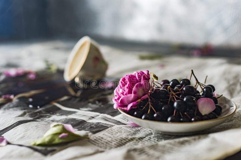 Café derramado en la tabla, taza de café volcada fotos de archivo libres de regalías