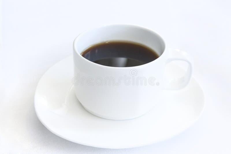 Café determinado del aperitivo de la comida de aviones en una bandeja, en una tabla blanca fotos de archivo libres de regalías