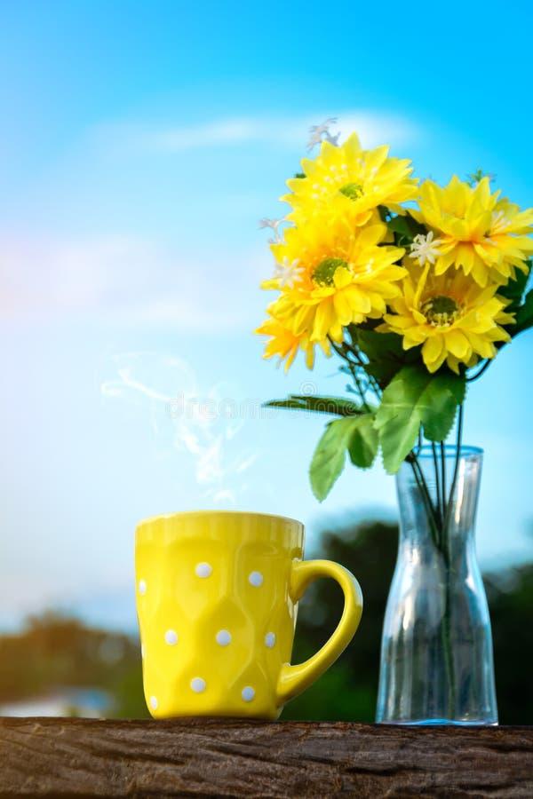 Café do bom dia e vaso de flor amarelo imagem de stock