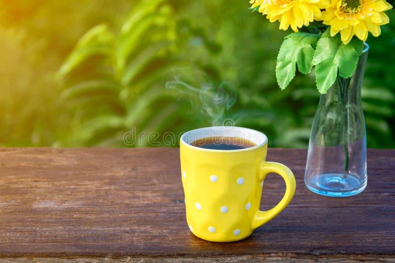 Café do bom dia e vaso de flor amarelo fotografia de stock royalty free