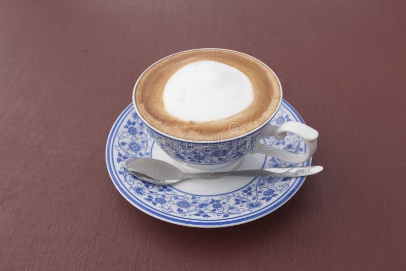 Café do cappuccino com o copo de pintura tailandês imagens de stock