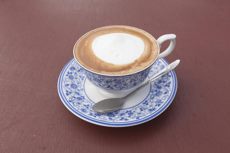 Café do cappuccino com o copo de pintura tailandês foto de stock royalty free
